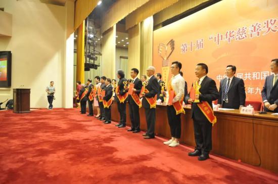 姚基金秘书长叶大伟代表姚明领取奖杯及证书