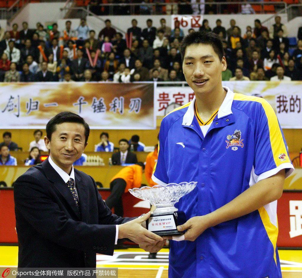 他曾MVP三连庄,震姚明压阿联,也被讽为2.13米的女人,如今退役没人理