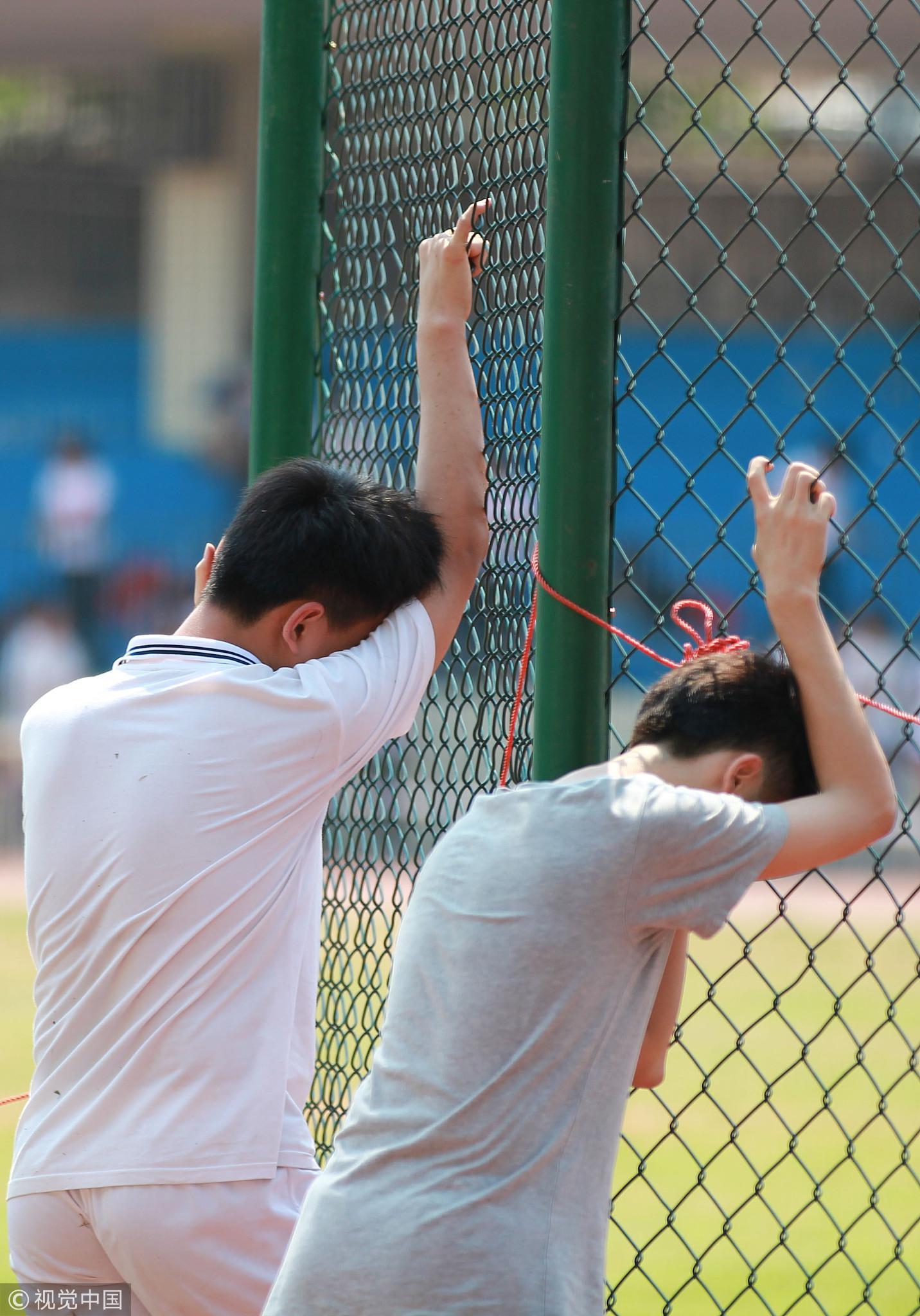 2015年4月3日,海南中学800多名初中毕业生参加体育考试。。在当天考试中,有部分学生跑完800社或1000米后,体力不支,累得东倒西歪/视觉中国