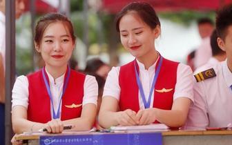郑州一高校学姐扮空姐迎新生 红色制服太亮眼