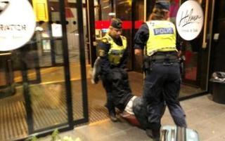 中国游客遭瑞典警察粗暴对待被扔墓地