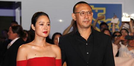 姜文夫妇现身红毯 周韵穿红裙秀香肩