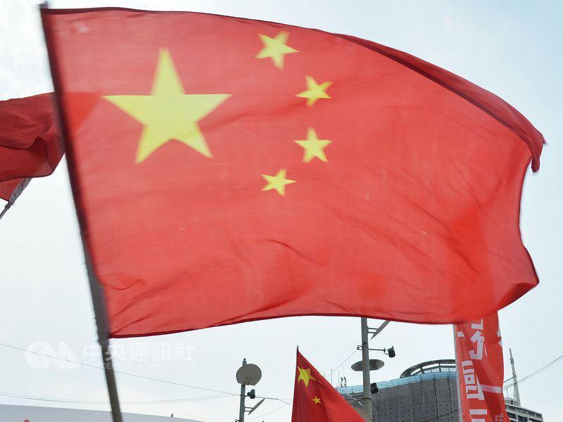 台湾民众举五星红旗欢迎大陆客 台网友:解放军快来
