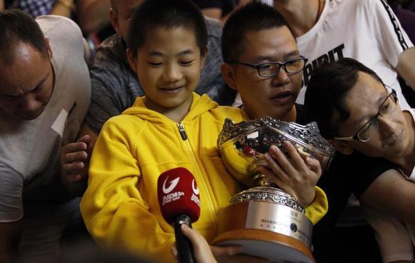 火箭卫冕上海赛奖杯赠小球迷