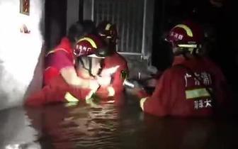 两名行动不便老人被困家中 消防官兵出动水罐泡沫车救