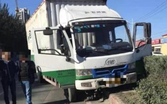 哈尔滨一辆货车与电动车相撞 一女子被撞数米远