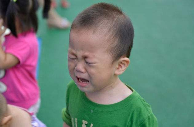 """男孩爱哭会变""""娘""""?幼儿园爱哭不影响男孩成长"""