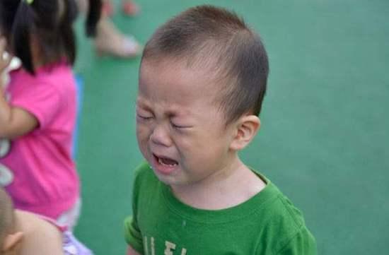男孩爱哭会变娘?幼儿园爱哭不影响男孩成长