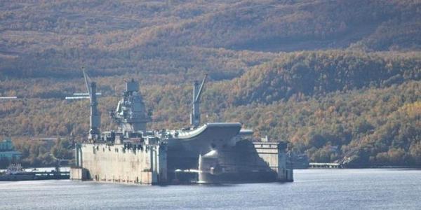 俄正接受大修航母乘浮动船坞离开港口