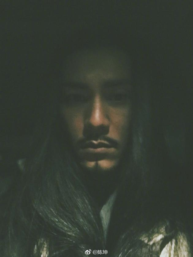 陈坤晒照长发胡须眼神深邃 表情包调皮自黑很搞笑