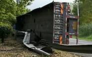扬州西出口附近一货车侧翻 30吨钢卷飞出