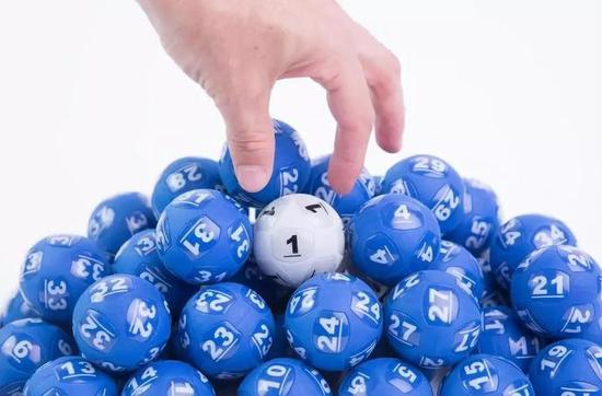 一个数学公式14次中彩票大奖 多国规则因它而变 足彩如何运用?