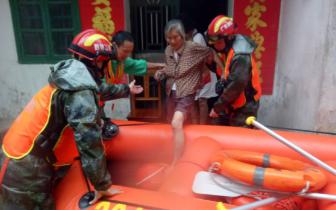 江水暴涨引起城市内涝 广东消防驰援阳春