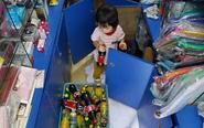 广州商户举家搬运货物