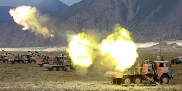 炮兵青藏高原实弹发射某型突击炮