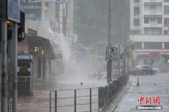 """9月16日,强台风""""山竹""""袭击香港,台风带来狂风暴雨,有小区屋檐积水流出宛如瀑布。香港天文台于9时40分发布热带气旋最高警报—10号飓风信号,表示本港平均风速将每小时118公里以上。中新社记者 谢光磊 摄"""