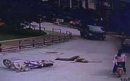 """女子骑车将人撞倒 回头""""看了眼""""后逃逸"""