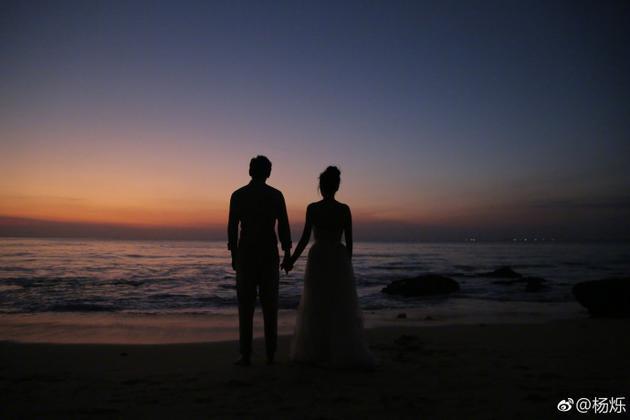 杨烁夫妇将在 9月 25日补办婚礼. 晒海边照超温馨
