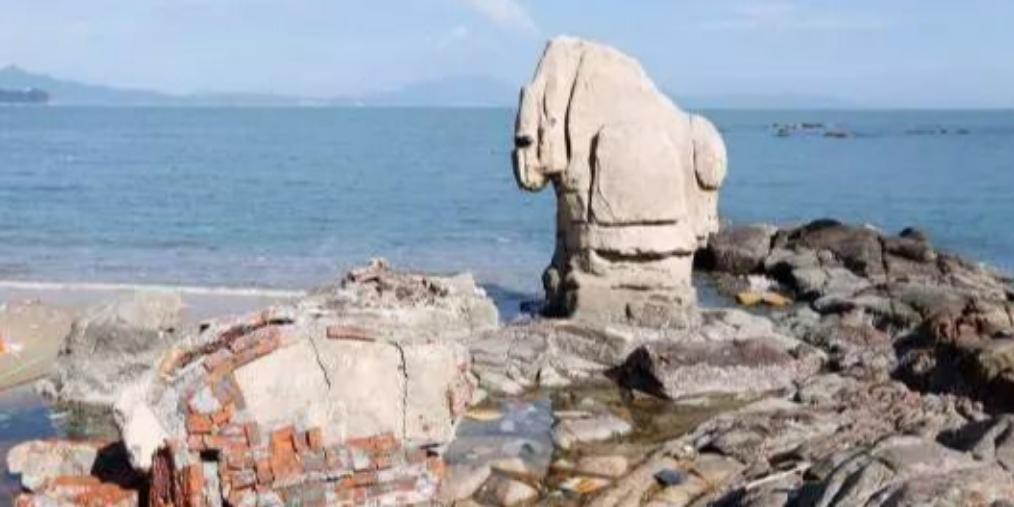 """海未枯,石已烂!大梅沙""""天长地久""""石被吹倒"""
