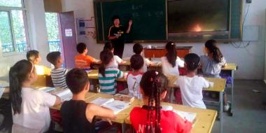 邯郸女教师双腿烧伤 拄着双拐为学生上课