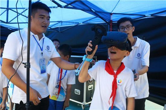 学生们体验VR虚拟现实技术