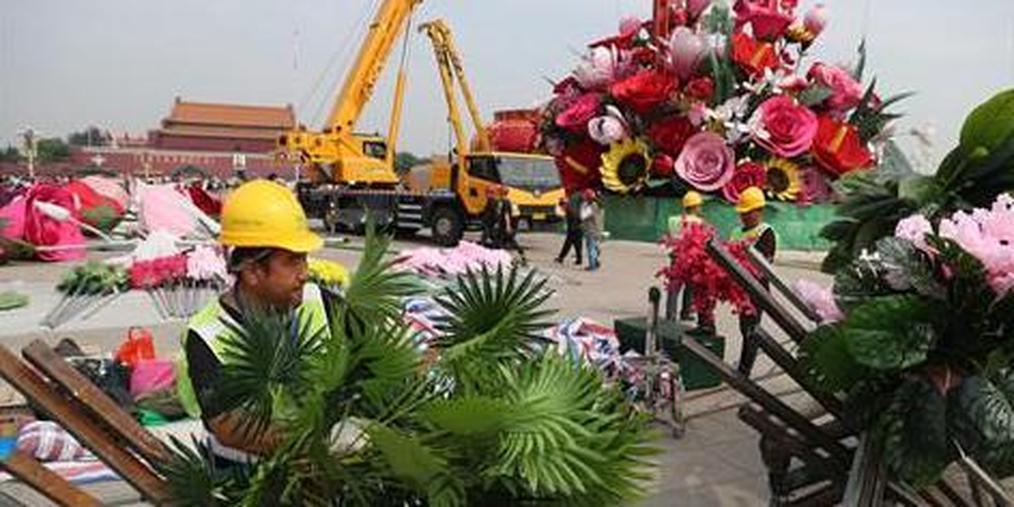 天安门广场国庆巨型花坛开始插花布置