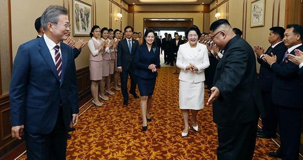 """金正恩做""""女士优先""""手势显国际范 展示正常化朝鲜"""