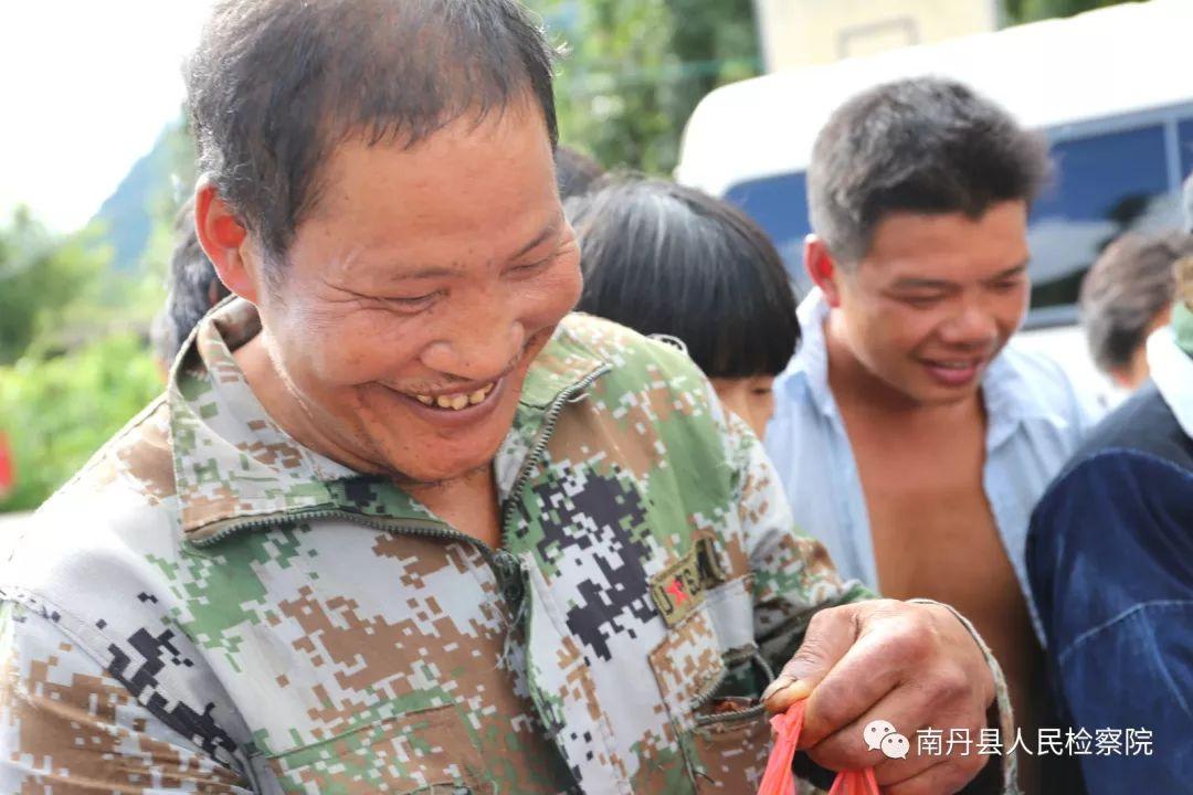情暖中秋 南丹检察院在中秋节前夕慰问贫困户