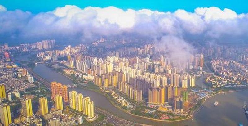 """""""天宫""""视角瞰海口三水交融烟雾缭绕景观"""
