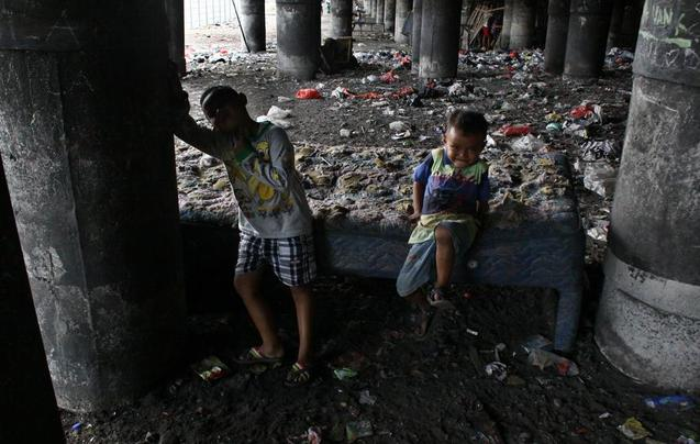 印尼大桥下的穷人 垃圾遍地生活环境恶劣