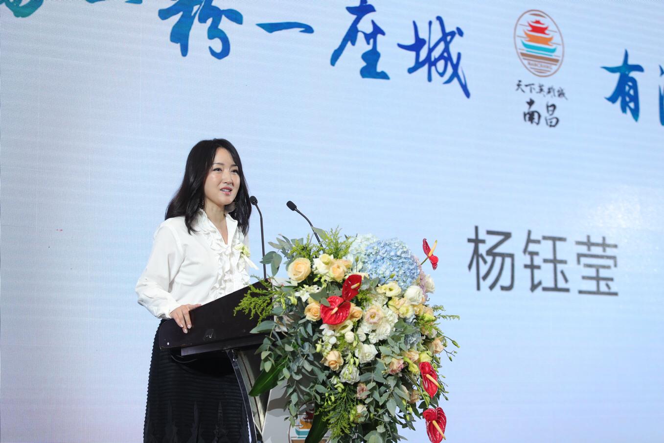 杨钰莹现身活动家乡美食 白衣黑裙似少女