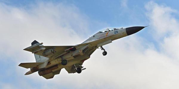 解放军战机南海上空进行实弹射击训练