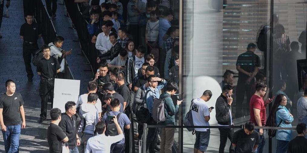 苹果iPhoneXs开售 顾客排队取新机