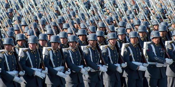 智利在首都举行盛大阅兵式
