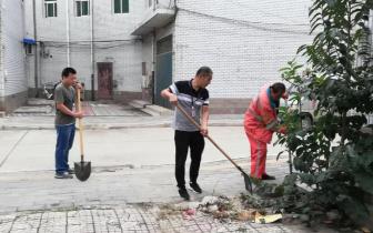 """高阳商贸城管委会清理辖区内卫生""""死角""""不懈"""