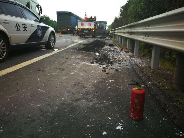 今天凌晨台州高速上一货车突发大火 目前封闭道路已通车
