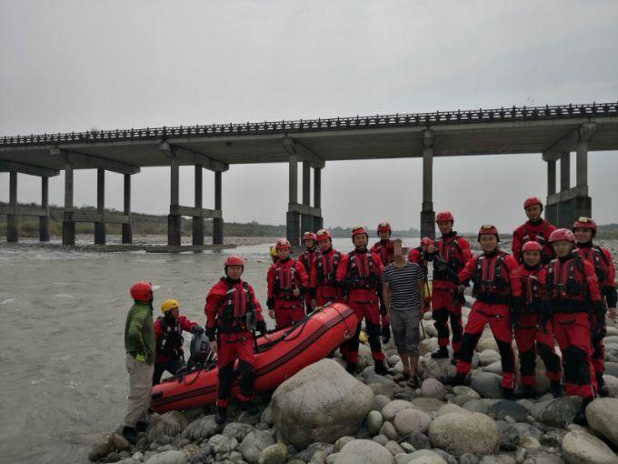 男子河滩钓鱼消防员没劝动,1小时后河水突涨他真