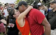 伍兹夺冠与女友kiss庆祝
