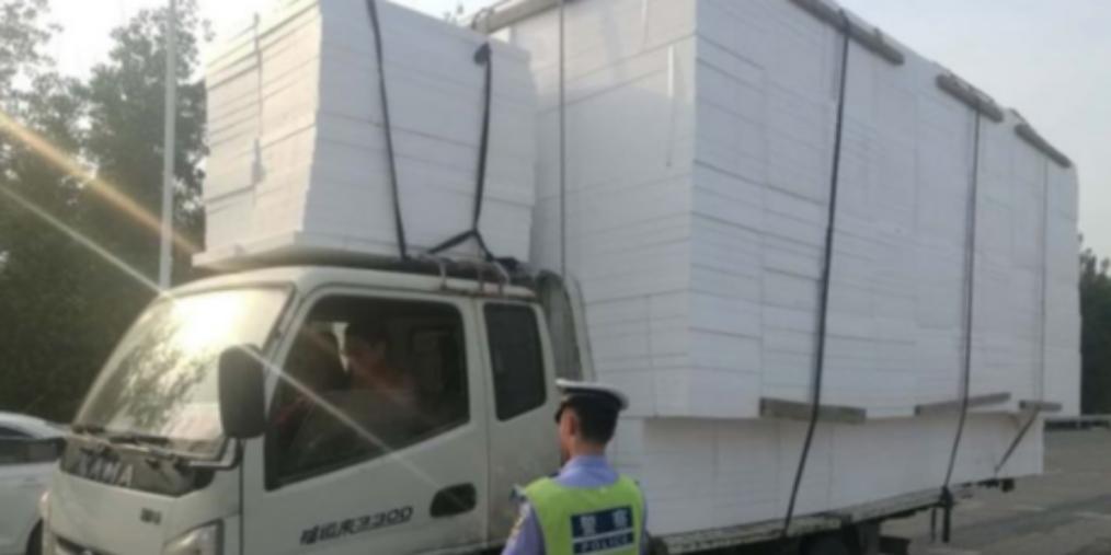 一货车超高超宽超长运输货物被交警查获