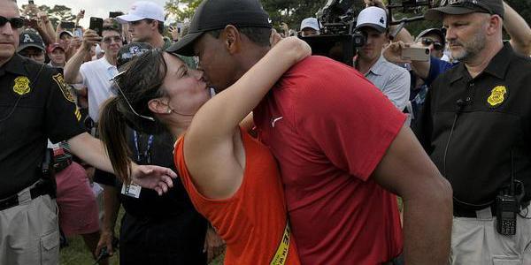 事业爱情双丰收!伍兹夺冠与女友当众kiss庆祝