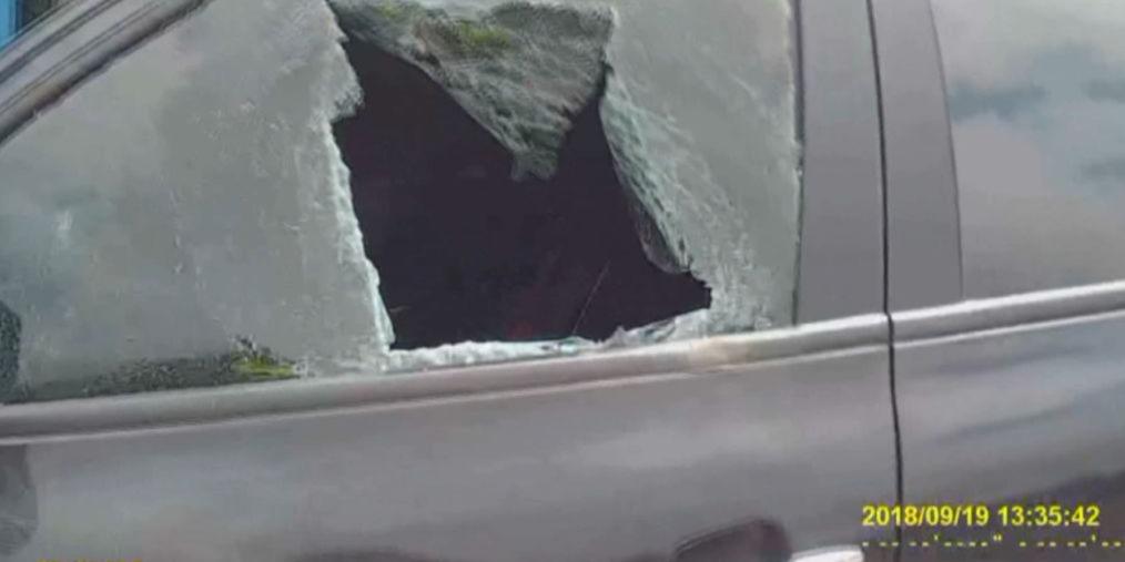 """""""宝马""""男怒砸车窗 只因对方做了这事"""