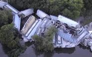 美国一火车脱轨严重损毁