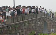 中秋节假西湖断桥人潮汹涌