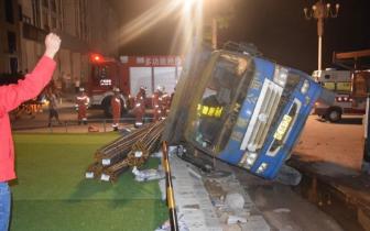 超载运输钢筋 大货车侧翻压死过路残疾人