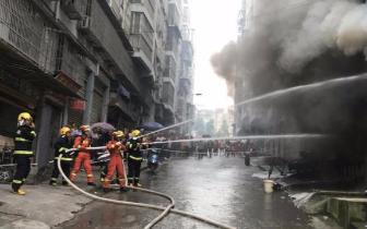 """居民楼门面起火浓烟滚滚 遂宁消防抢出8个""""罐罐"""""""