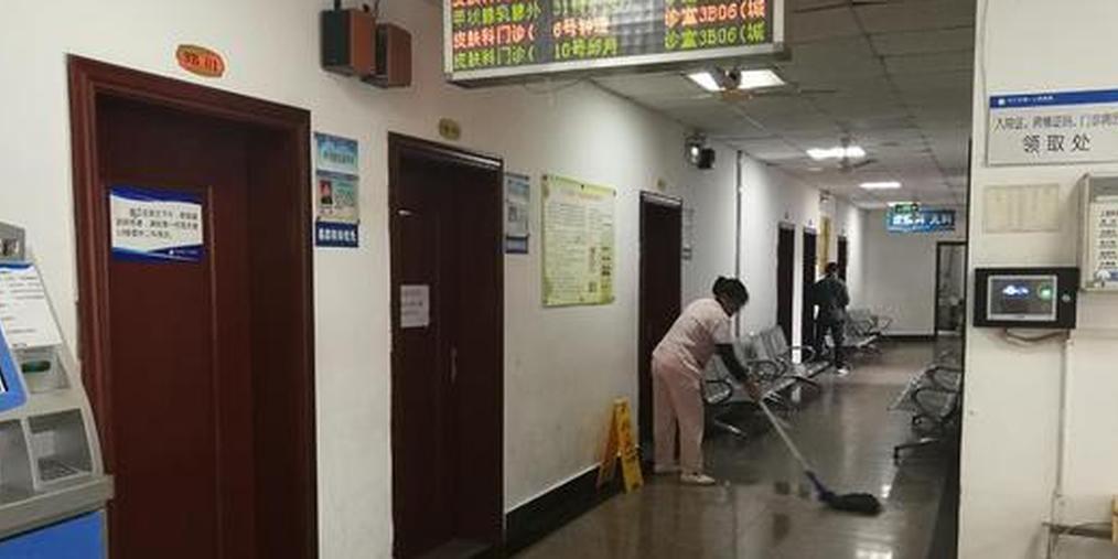 内江一老人在医院门诊楼砍伤科室主任 已被警方带走调查