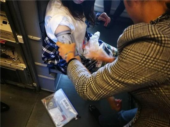 法航飞机上韩国少女突发疾病 四川医生紧急救治