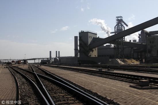 2012年4月6日,河北省唐山市,京唐首钢厂区。靠着重工业发展起来的唐山,一直是河北省GDP第一的有力竞争者/视觉中国