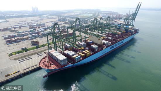 2016年07月18日,天津,美景马士基轮在天津港太平洋国际集装箱码头进行装卸作业。路上没有屏障,又有港口的天津,一旦出现战争很容易成为攻击目标/视觉中国