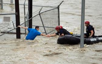 """特朗普坐橡皮艇""""救人""""照片疯传 真相竟是"""